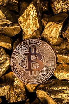 Primer plano de moneda digital bitcoin y pepita de oro o mineral de oro