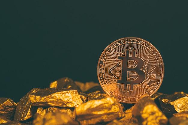 Primer plano de la moneda digital de bitcoin y pepita de oro sobre fondo negro