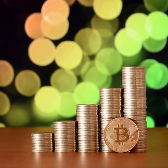 Primer plano de la moneda digital bitcoin y las pilas de monedas