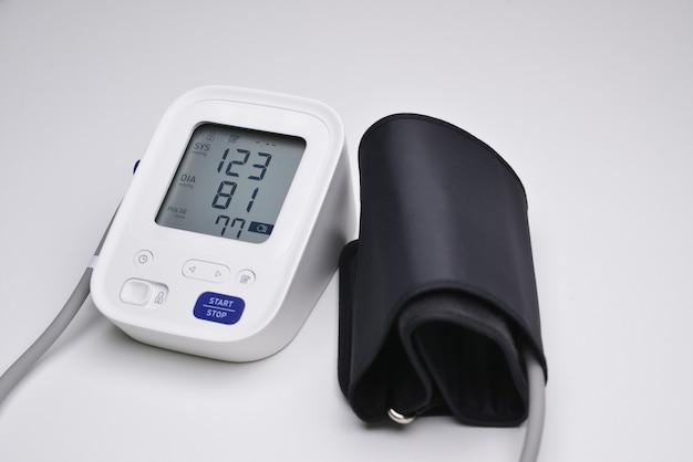 Primer plano de un monitor de presión arterial digital con indicadores de mediciones en la pantalla