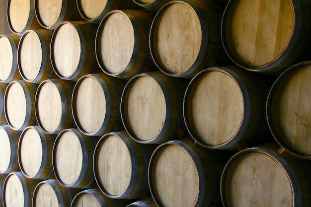 Primer plano de un montón de barriles de vino de madera
