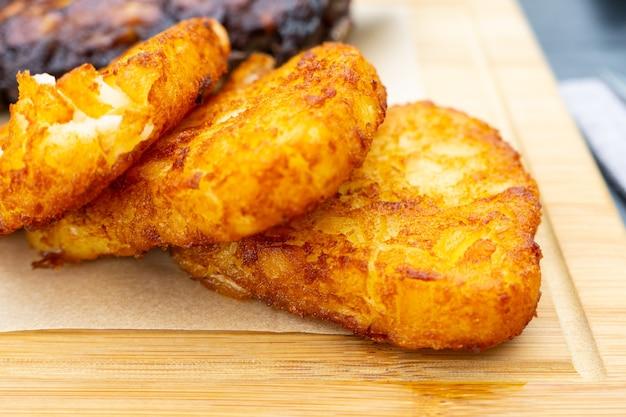 Primer plano de un montón de patatas fritas en una plataforma de madera