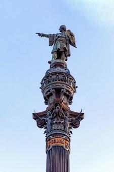 Primer plano del monumento a colón en barcelona, españa
