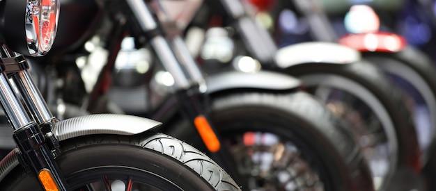 Primer plano de motocicletas rueda delantera estacionada