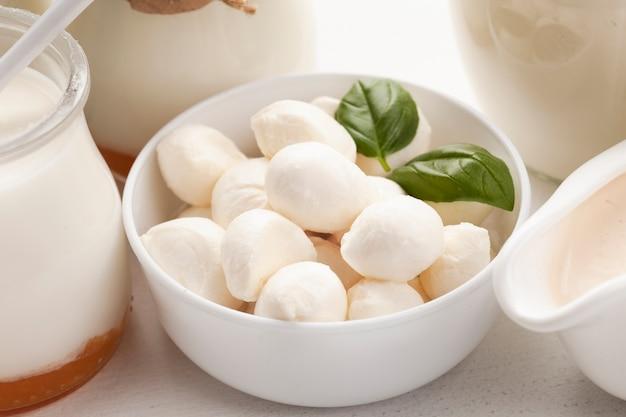 Primer plano de mozzarella en un tazón blanco