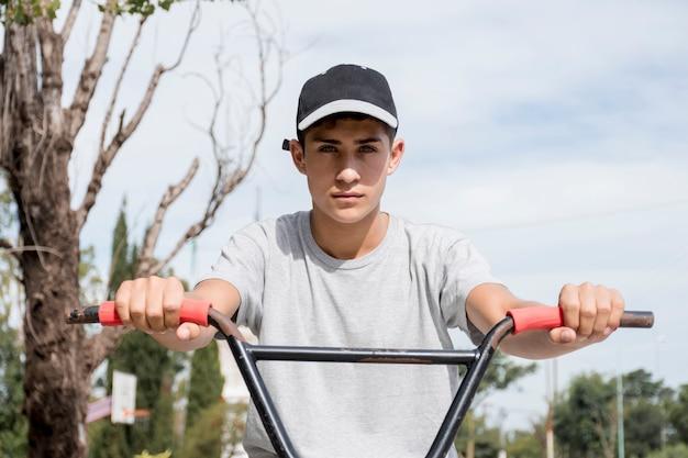 Primer plano, de, muchacho adolescente, tenencia, bicicleta, manija