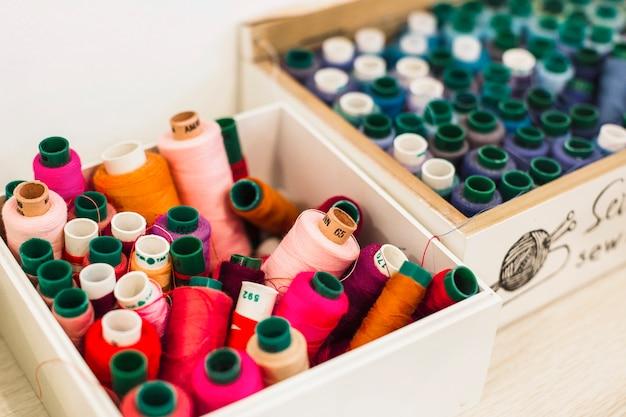 Primer plano de muchos hilos coloridos en contenedor