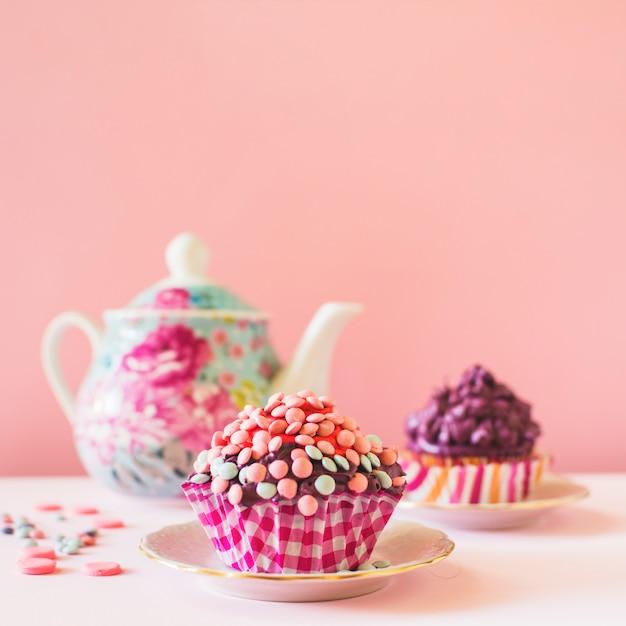 Primer plano de muffin decorativo en la mesa