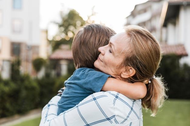 Primer plano, mujer, abrazar, niño