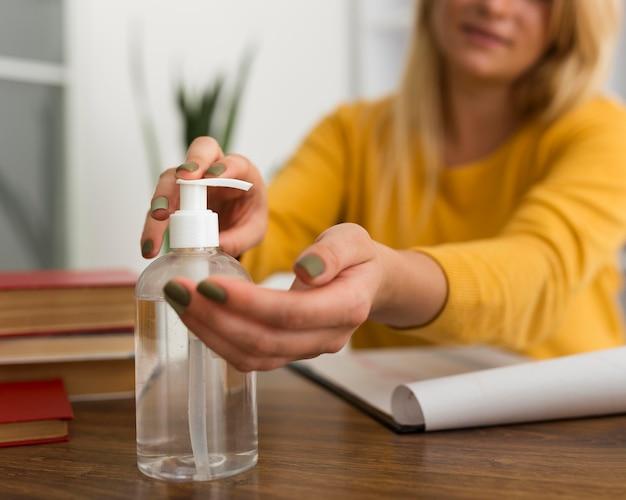 Primer plano mujer adulta desinfectando las manos