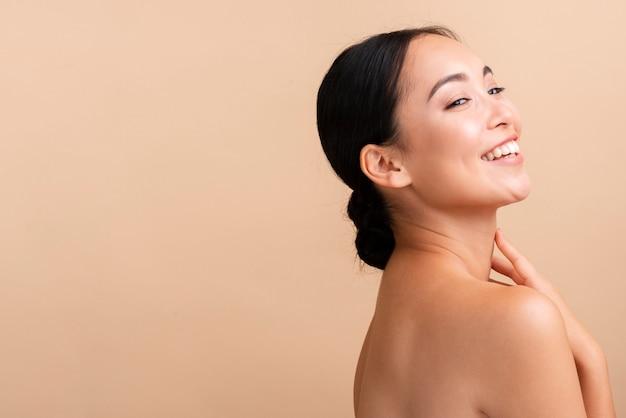 Primer plano mujer asiática con amplia sonrisa y espacio de copia
