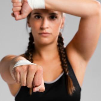 Primer plano mujer borrosa haciendo ejercicio