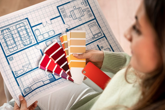 Primer plano mujer borrosa sosteniendo paleta de colores