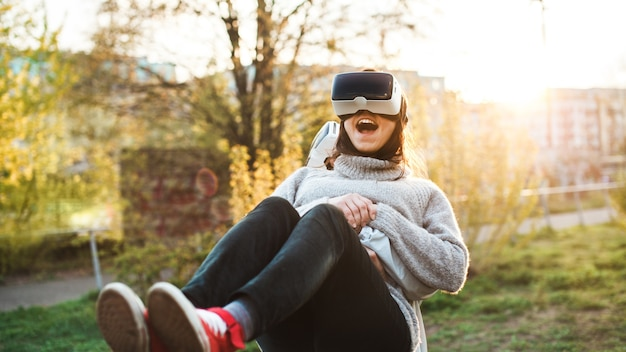 Primer plano de una mujer en los brazos de un hombre, ambos con un casco de realidad virtual