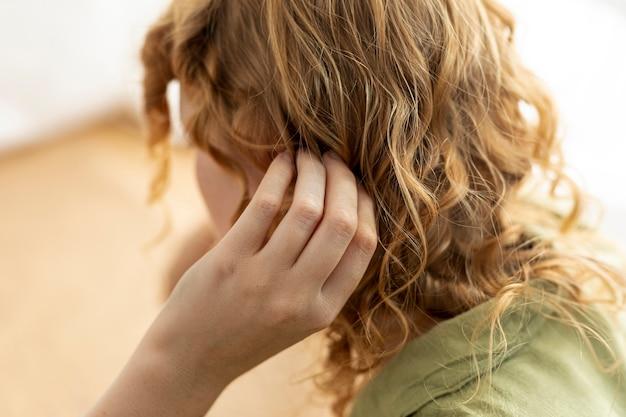 Primer plano mujer con cabello de jengibre
