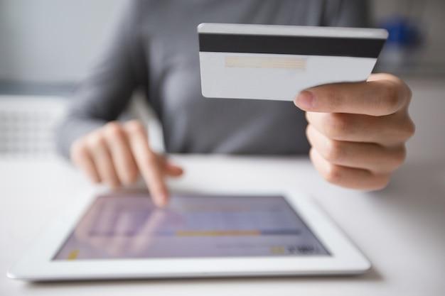 Primer plano de la mujer de compras en línea en tablet pc