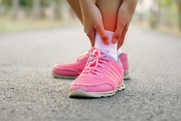 Primer plano de mujer corredor con lesión en la pierna y dolor