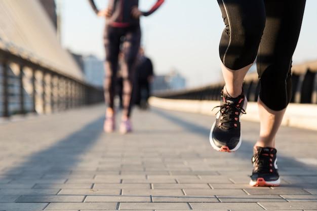 Primer plano de mujer corriendo