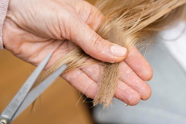 Primer plano, de, mujer, cortarse el pelo