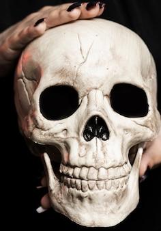 Primer plano de mujer con cráneo
