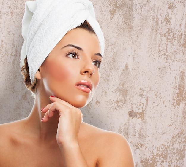Primer plano de la mujer después del baño en toalla