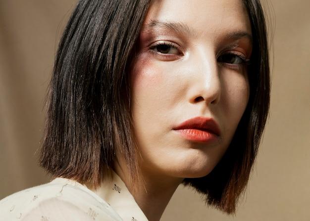 Primer plano de mujer elegante con el pelo más corto