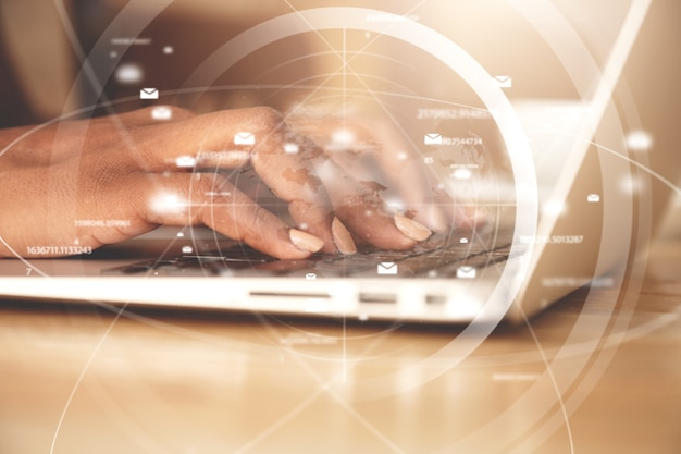 Primer plano de una mujer escribiendo en el teclado del portátil