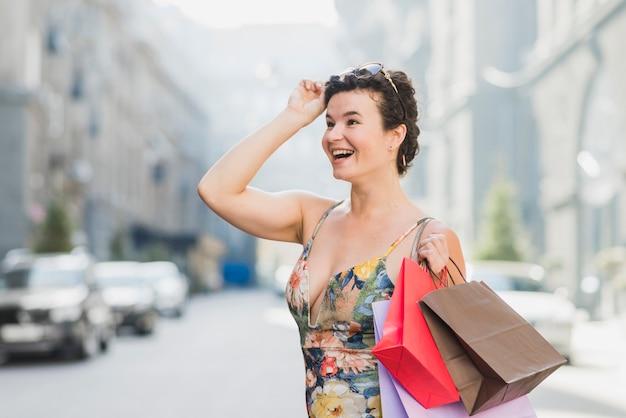 Primer plano de una mujer feliz con bolsas de compras