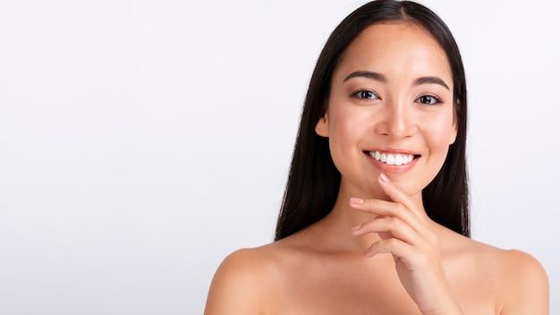 Primer plano mujer feliz con cabello castaño