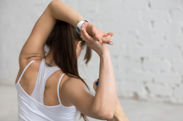 Primer plano de mujer flexible