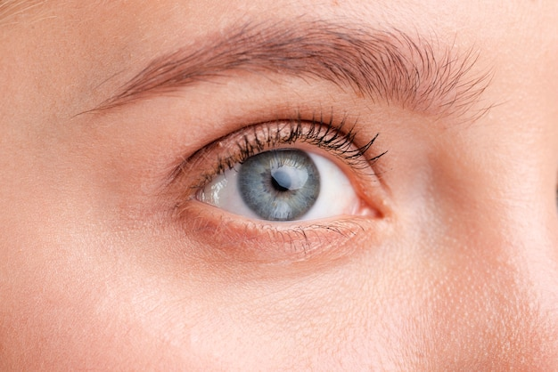 Primer plano mujer hermosa con ojos azules