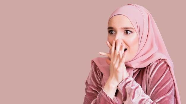 Primer plano de una mujer islámica con expresión sorprendida