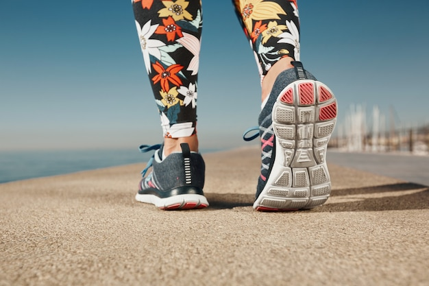 Primer plano de una mujer jogger cerca del mar