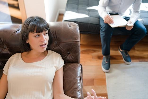 Primer plano de una mujer joven acostada en el sofá durante su sesión de terapia