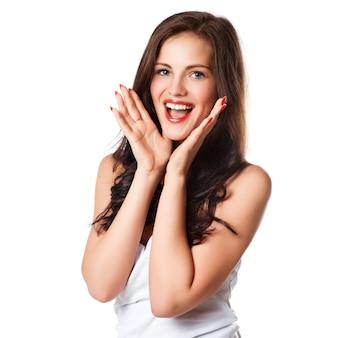 Primer plano de una mujer joven feliz sorprendida