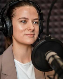Primer plano, mujer joven, en, radio