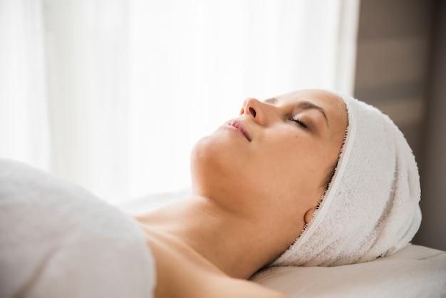 Primer plano de una mujer joven relajada en el spa