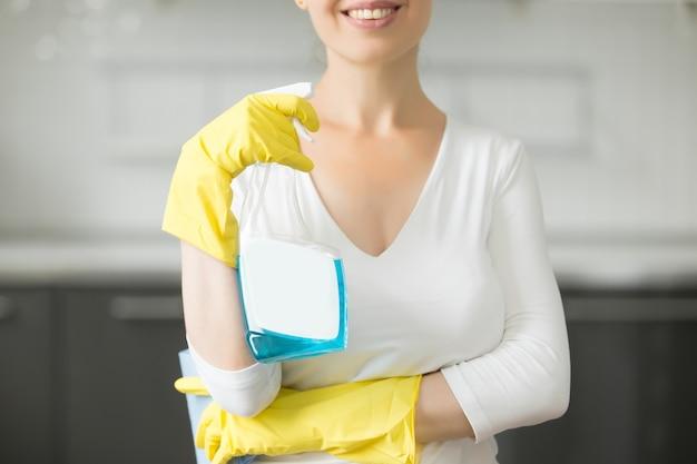Primer plano de mujer joven sonriente en la cocina