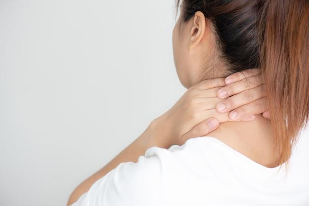 Primer plano de mujer joven tiene dolor de cuello y hombro