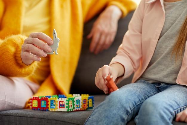 Primer plano de mujer jugando con niño