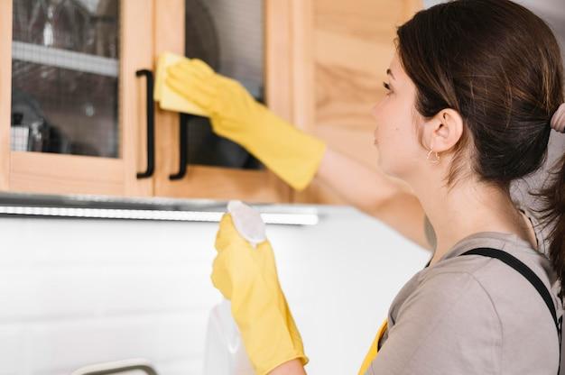 Primer plano mujer limpieza