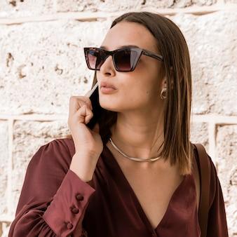 Primer plano, mujer, llevando gafas de sol