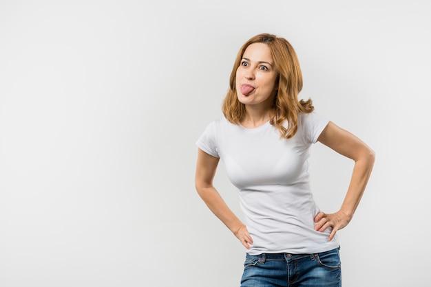 Primer plano de una mujer mujer burlas contra el fondo blanco