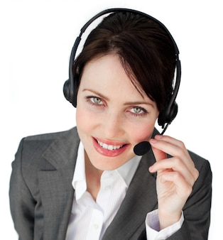 Primer plano de una mujer de negocios hablando por un auricular