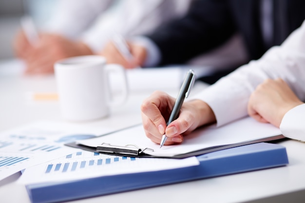 Primer plano de mujer de negocios ocupada escribiendo