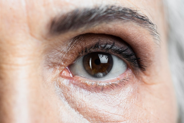 Primer plano mujer ojo mirando a cámara