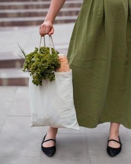 Primer plano, mujer, proceso de llevar, bolsa de compras