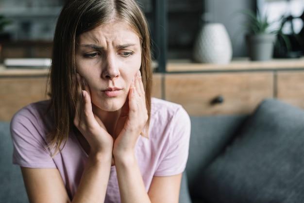 Primer plano de una mujer que tiene dolor de diente