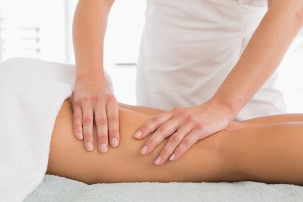 Primer plano, de, un, mujer, recibiendo, pierna, masaje