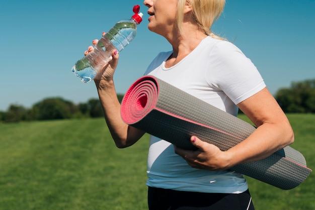 Primer plano mujer rubia agua potable